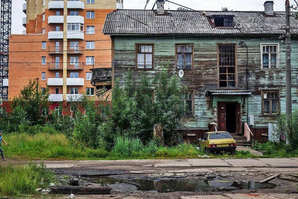 Фотография дома признанного по акту аварийным и опасным для проживания.