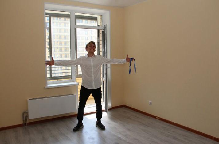 Фото. Официального сироту обеспечили своим жильём для сайта открытые письма президенту РФ.
