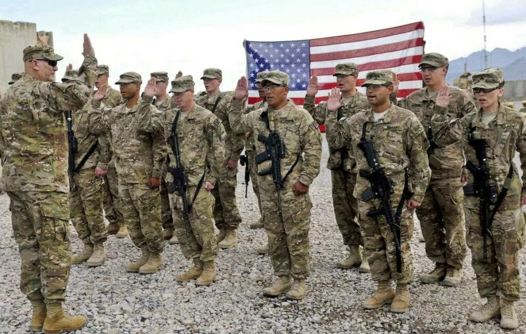 Военнослужащие американской армии США в Афганистане проходят инструктаж перед боевыми действиями.
