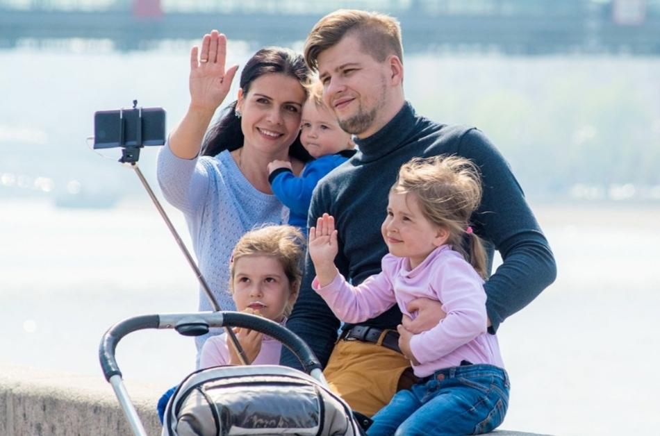 На Фото. Родители троих детей хотят получить материнский семейный капитал.