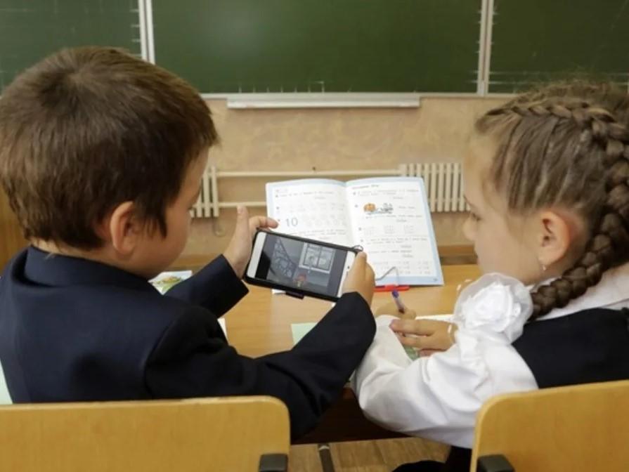 Фото к письму президенту с жалобой на администрацию школ, директора о запрете использования телефонов детьми в средних школах.