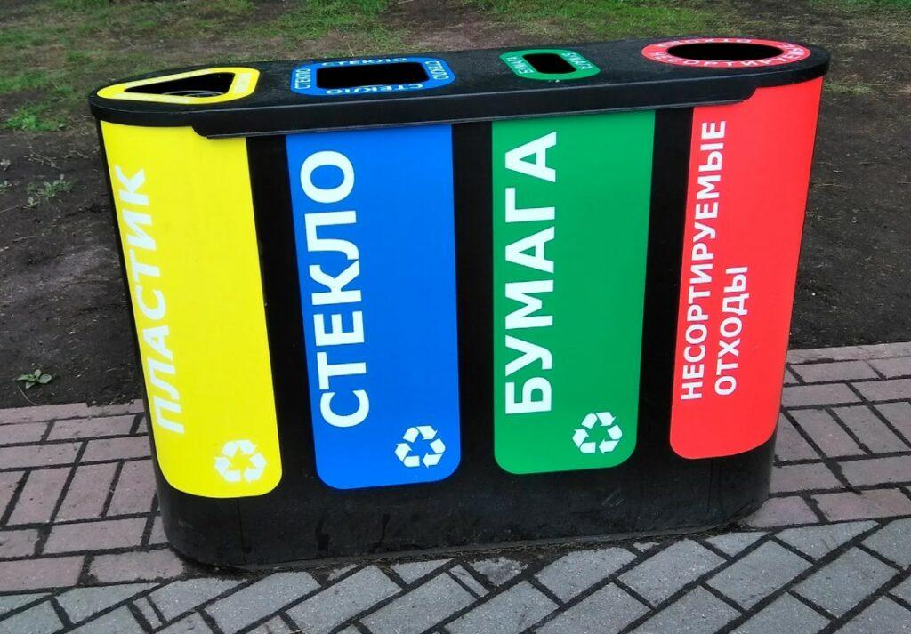 Фото пластиковых цветных контейнеров для сбора бытового мусора.