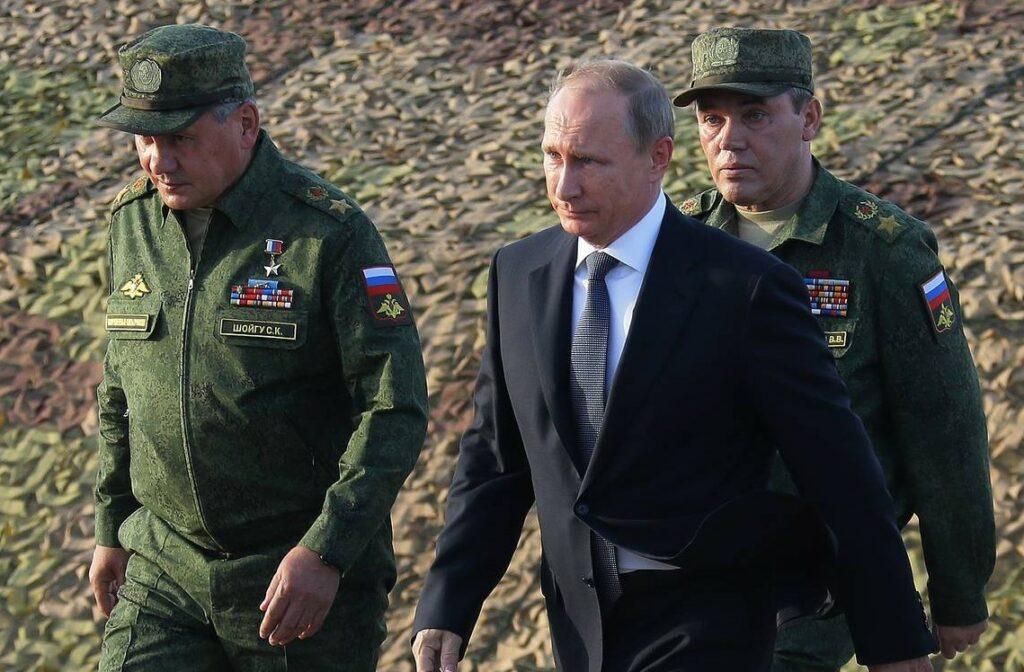 На фото президент Путин, министр обороны Шойгу в форме и начальник генерального штаба Герасимов.