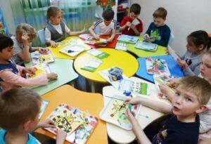На фото дети в классе на продленных занятиях обычной средней школы России.