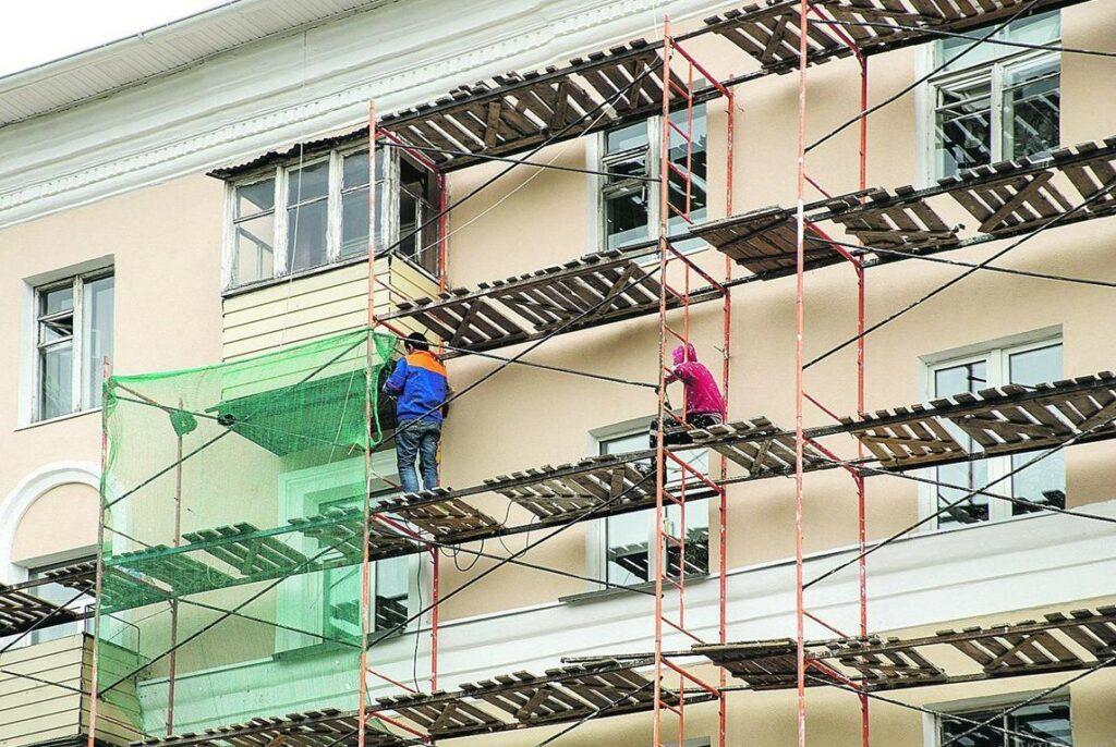 Фото. Капитальные ремонт домов по программе фонда градостроительства выполняет подрядчик строительной компании.
