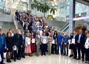 На фото молодым научным работникам вручают свидетельства на получение соципотеки молодым ученым и специалистам узких специальностей в Москве.