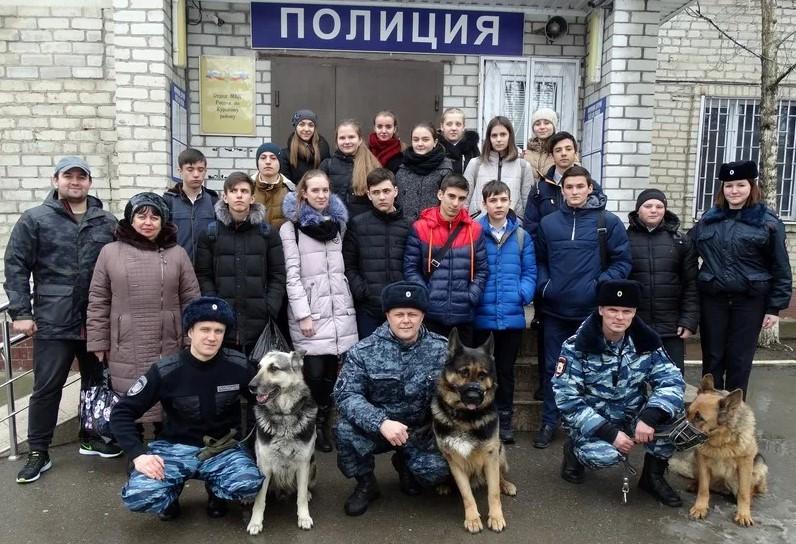 На фото возле здания ОМВД России Курского района Ставропольского Края проводится студенческий десант.