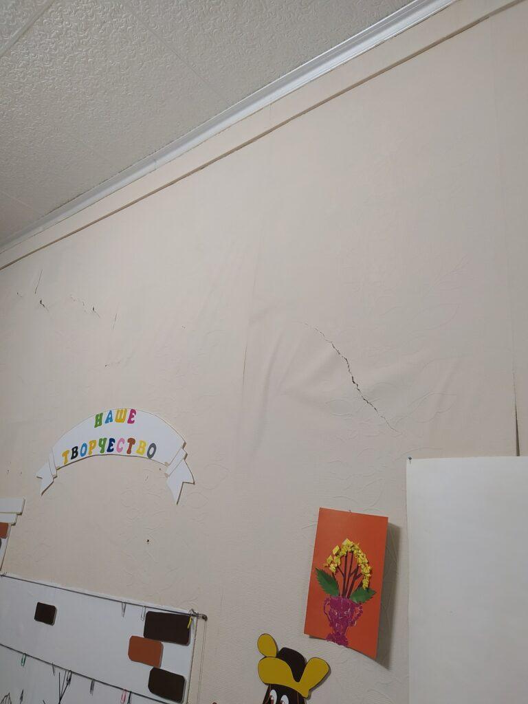 На стенах рваные обои требующие замены.
