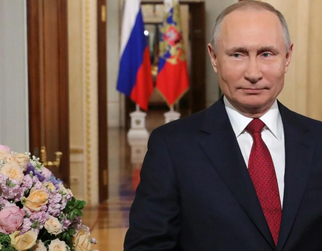 На фото Владимир Владимирович Путин с букетом цветов с поздравлением с днем рождения нашего президента РФ.