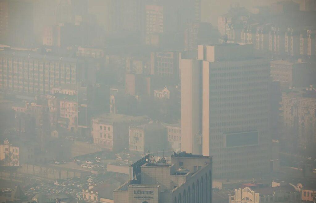 По фото видно, в каком смоге, дыме и гари находится центр города Астрахань.