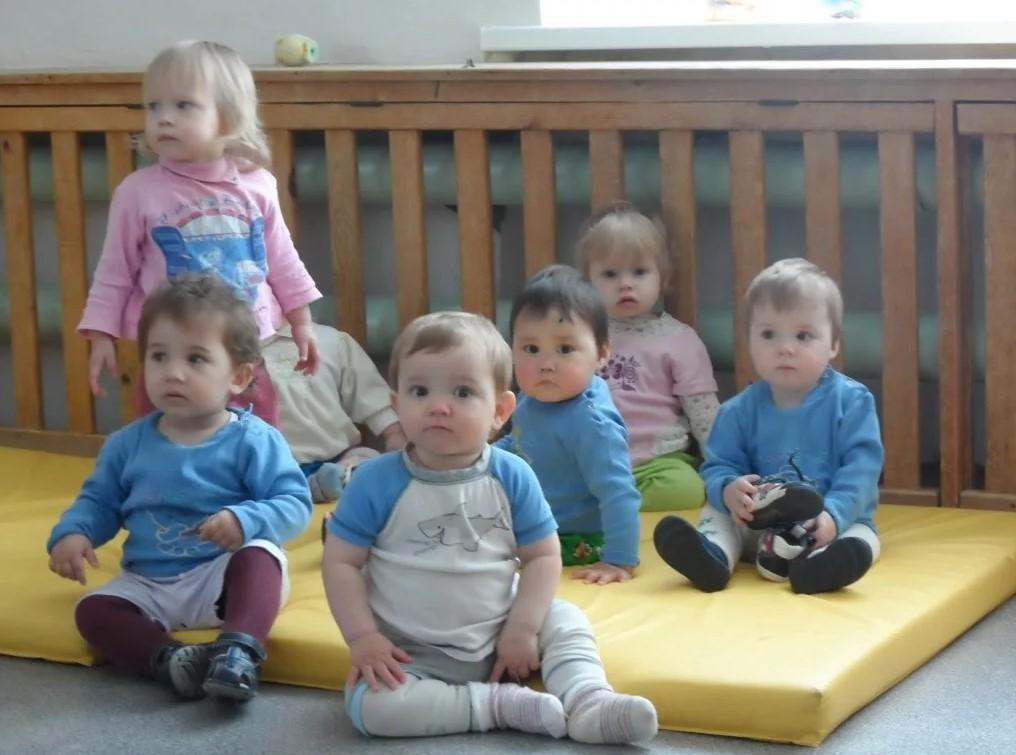 На фото дети воспитывающиеся без родителей в детском доме.
