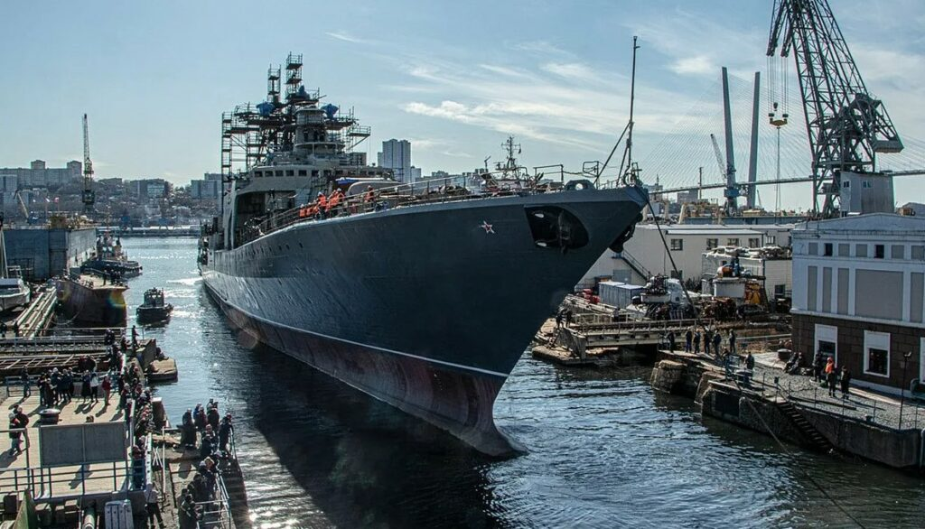 Фото. Фрегат Тихоокеанского флота Маршал Шапошников заходит на стабеля для обслуживания.